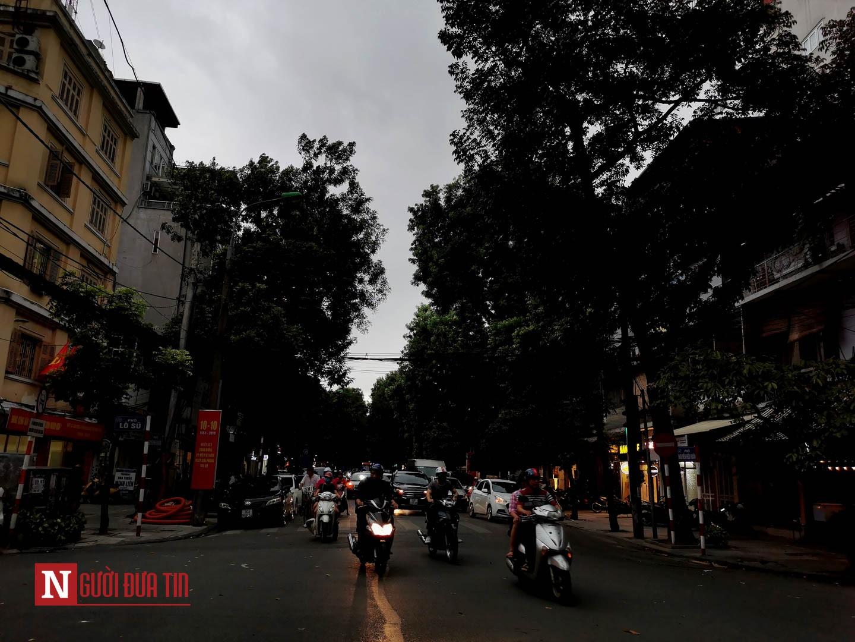 Hà Nội: 3h chiều, trời tối đen như mực, người dân bật đèn xe di chuyển 3