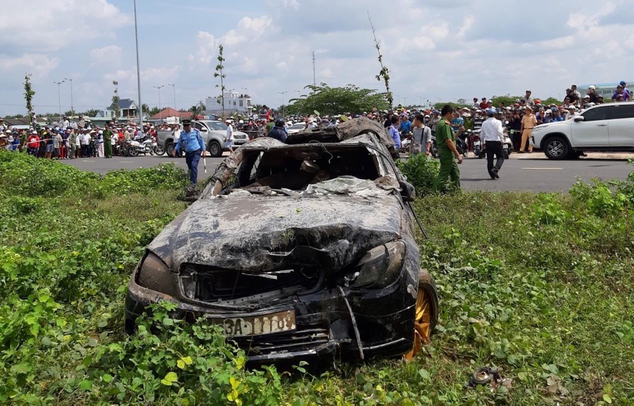 Vụ xe Mercedes lao xuống kênh, 3 người tử vong: Những dấu vết đáng sợ tại hiện trường 1