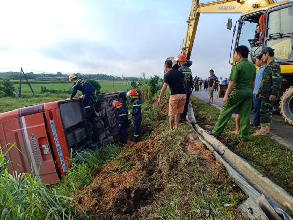 Hành khách mắc kẹt trong xe bị lật tử vong sau 3 tiếng đồng hồ giải cứu 2