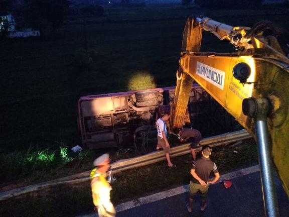 Lật xe khách chở hơn 20 người do mất lái ở Hà Tĩnh 1