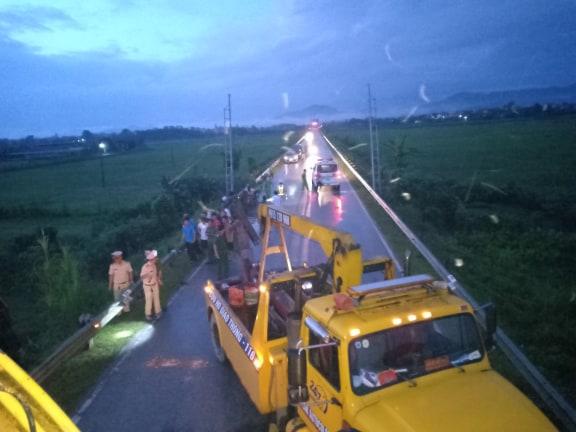 Lật xe khách chở hơn 20 người do mất lái ở Hà Tĩnh 5