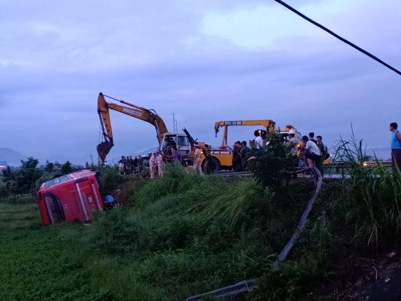 Lật xe khách chở hơn 20 người do mất lái ở Hà Tĩnh 4