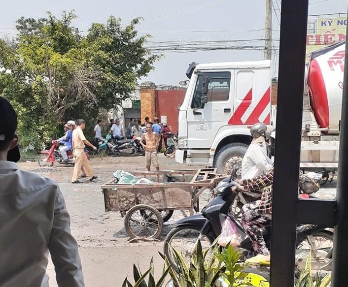 Tránh vũng nước, một phụ nữ ngã ra đường bị xe bồn cán tử vong 1