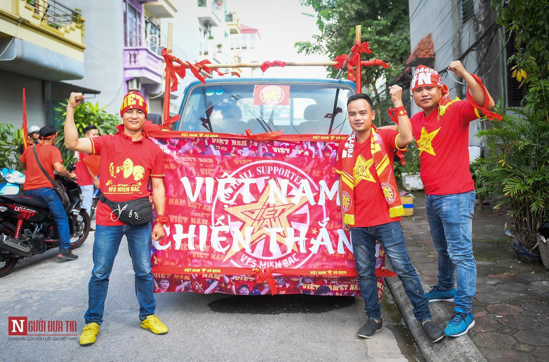 Nóng trước giờ G: Hàng ngàn CĐV diễu hành cổ vũ ĐTQG Việt Nam 1
