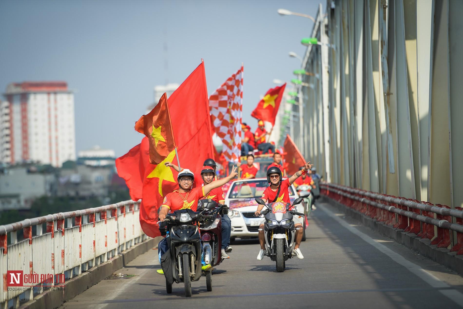 Nóng trước giờ G: Hàng ngàn CĐV diễu hành cổ vũ ĐTQG Việt Nam 7