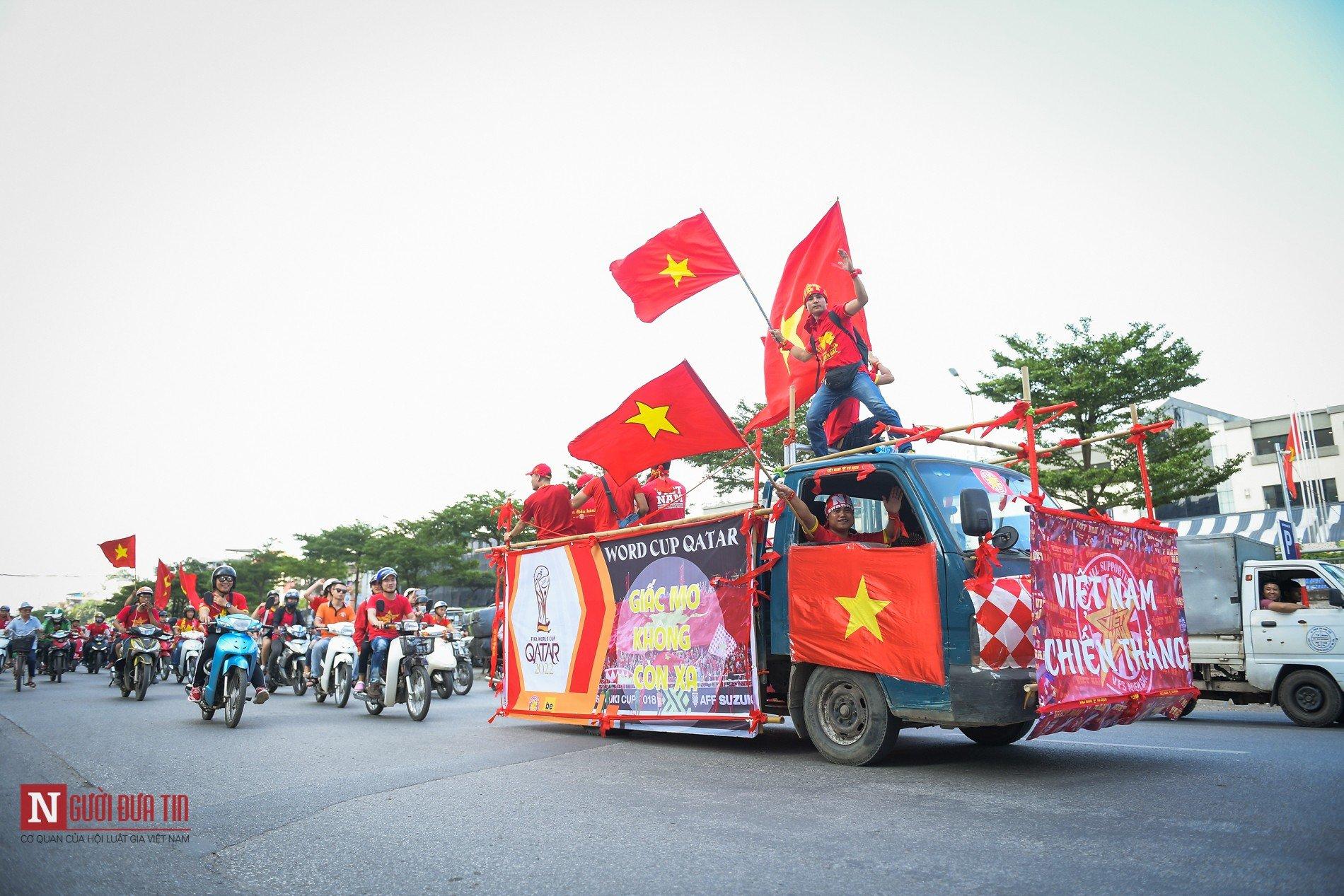 Nóng trước giờ G: Hàng ngàn CĐV diễu hành cổ vũ ĐTQG Việt Nam 10