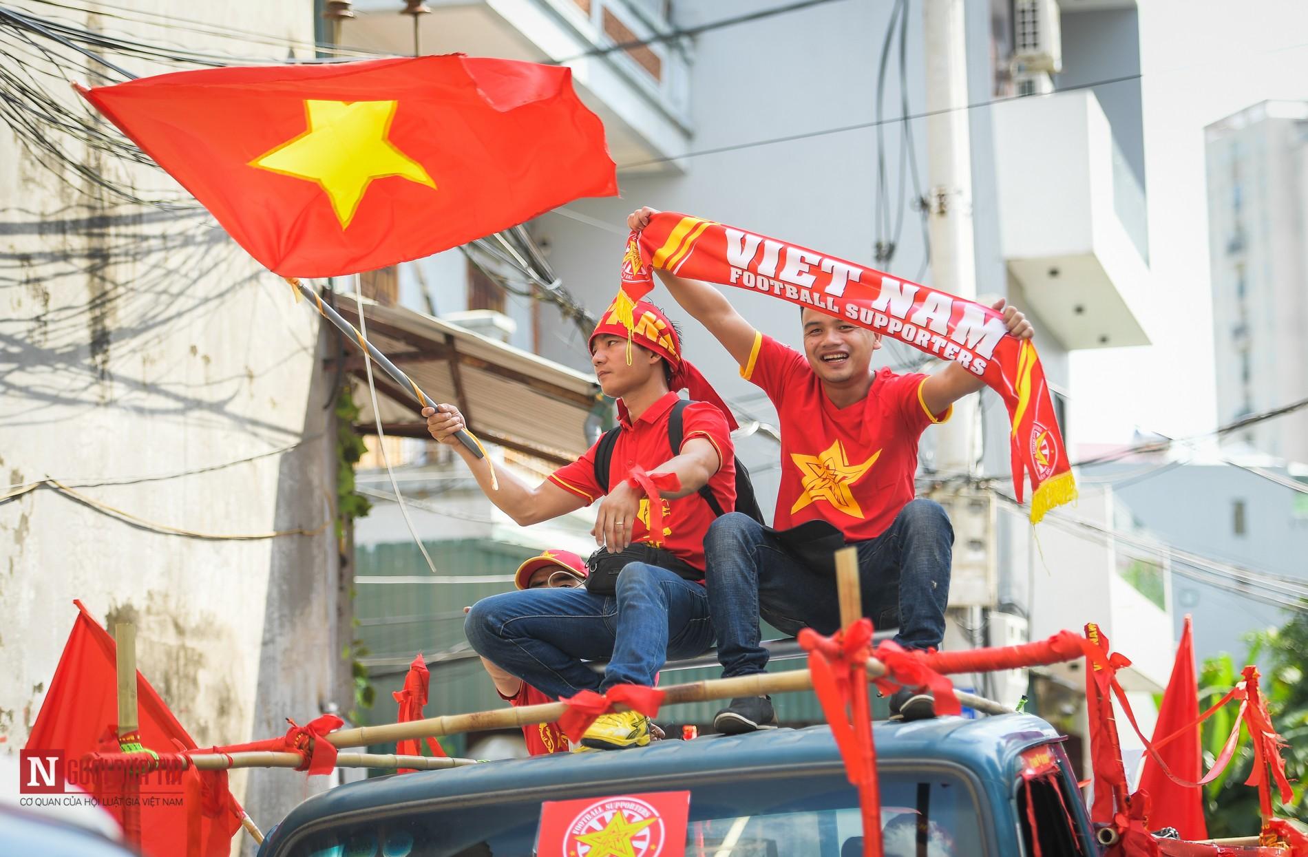 Nóng trước giờ G: Hàng ngàn CĐV diễu hành cổ vũ ĐTQG Việt Nam 4