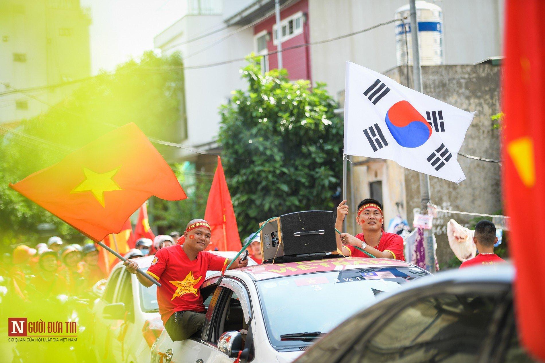 Nóng trước giờ G: Hàng ngàn CĐV diễu hành cổ vũ ĐTQG Việt Nam 9