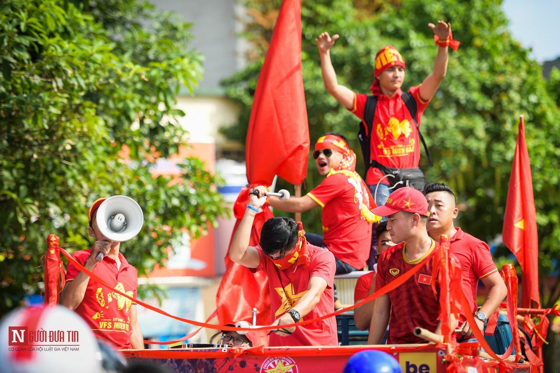 Nóng trước giờ G: Hàng ngàn CĐV diễu hành cổ vũ ĐTQG Việt Nam 5
