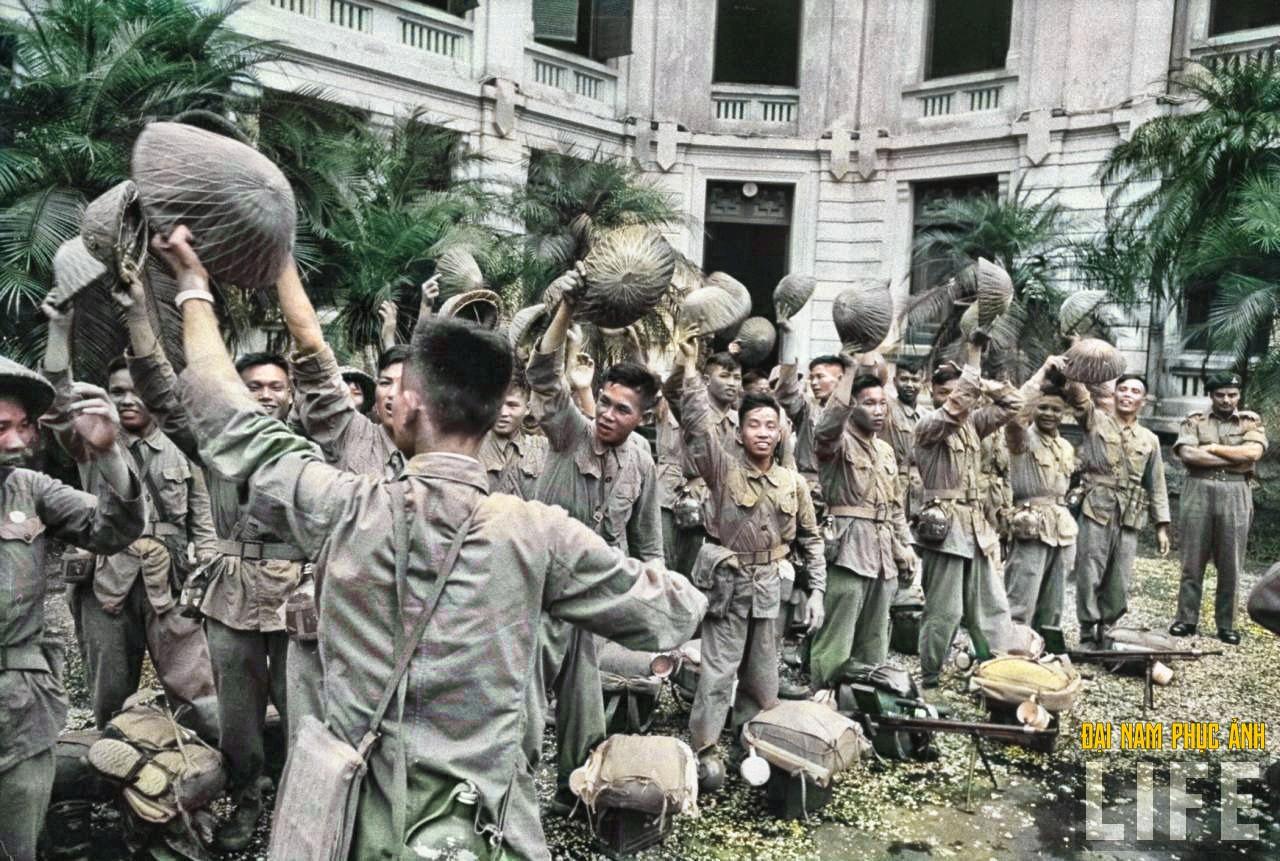 """Mê mẩn ngắm bộ ảnh lịch sử """"Hà Nội - 65 năm rực rỡ máu và hoa"""" được phục chế 30"""