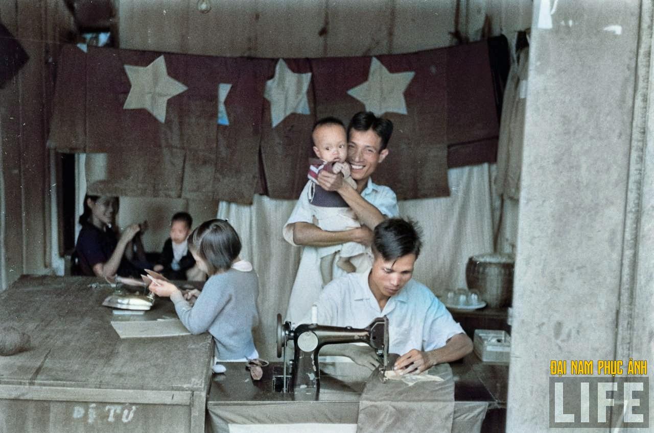 """Mê mẩn ngắm bộ ảnh lịch sử """"Hà Nội - 65 năm rực rỡ máu và hoa"""" được phục chế 38"""