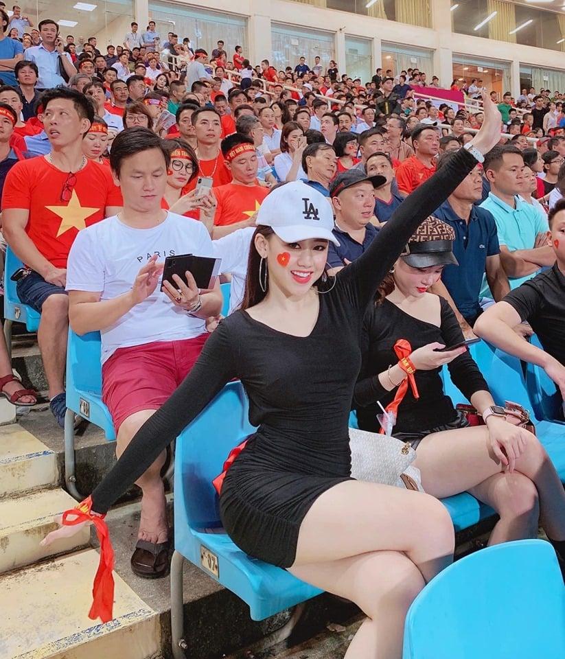 Danh tính hot girl nổi bật trên khán đài trong trận Việt Nam - Malaysia 3