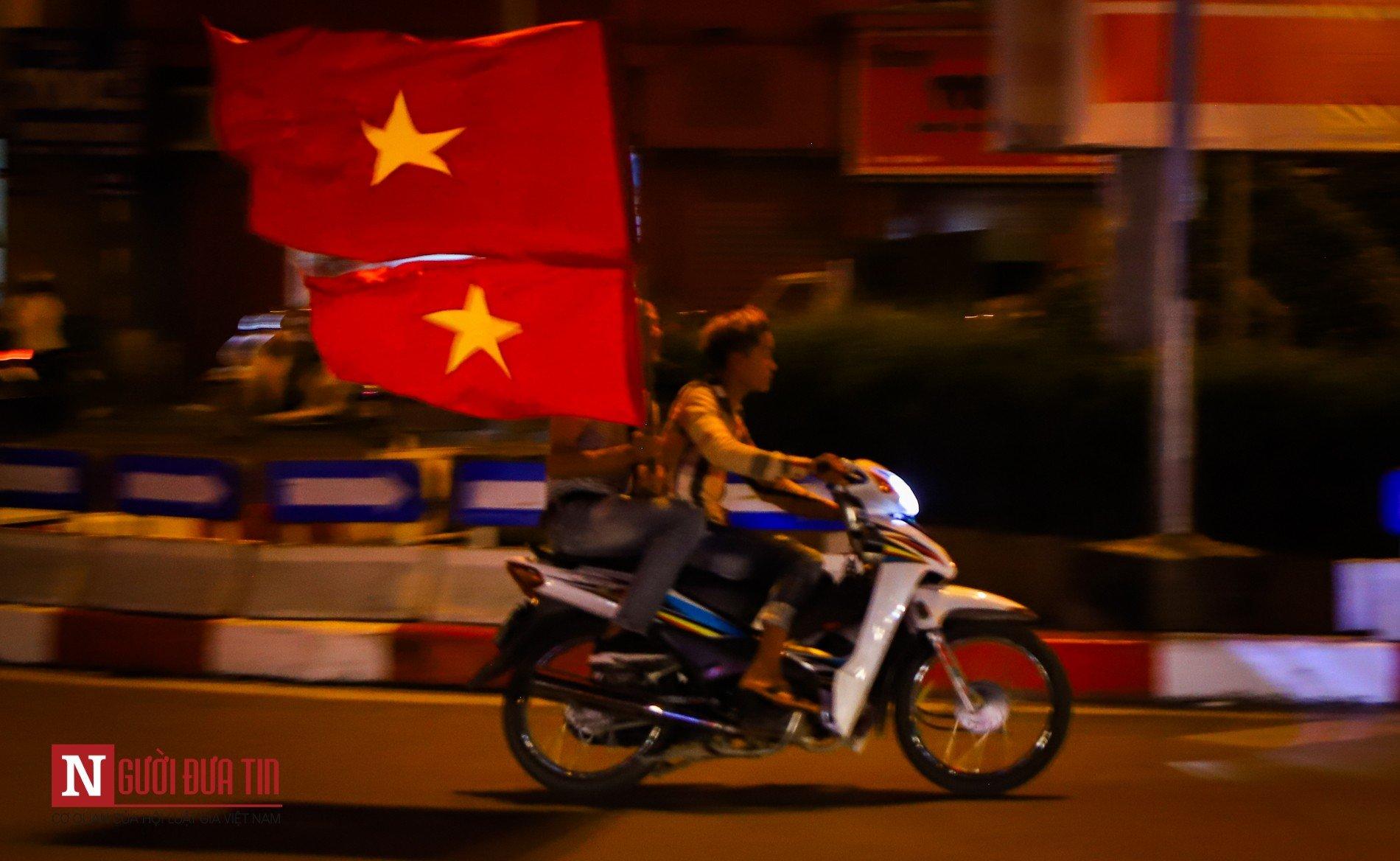 Hàng ngàn CĐV đổ ra đường ăn mừng chiến thắng cùng ĐTQG Việt Nam 6