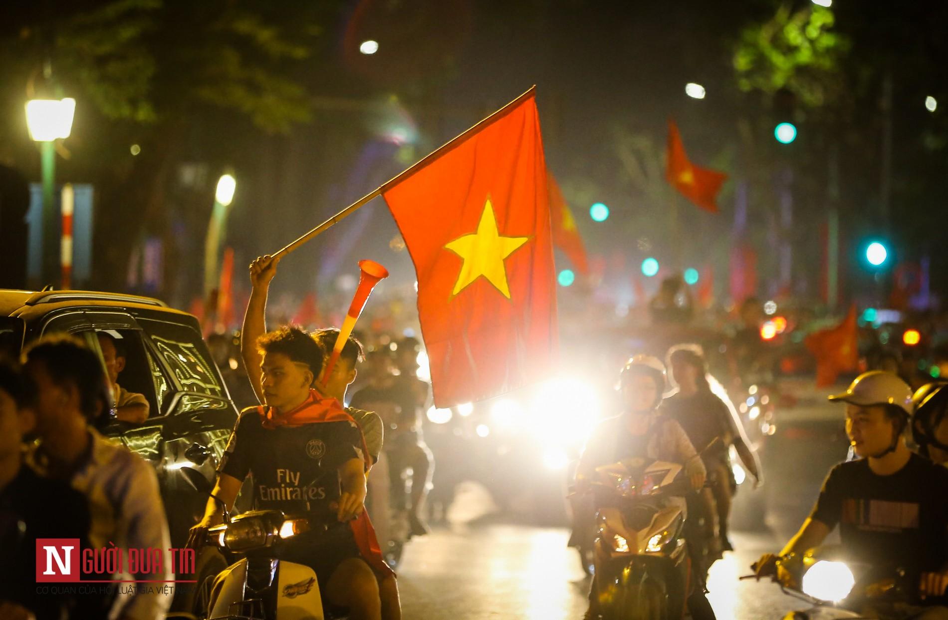 Hàng ngàn CĐV đổ ra đường ăn mừng chiến thắng cùng ĐTQG Việt Nam 10