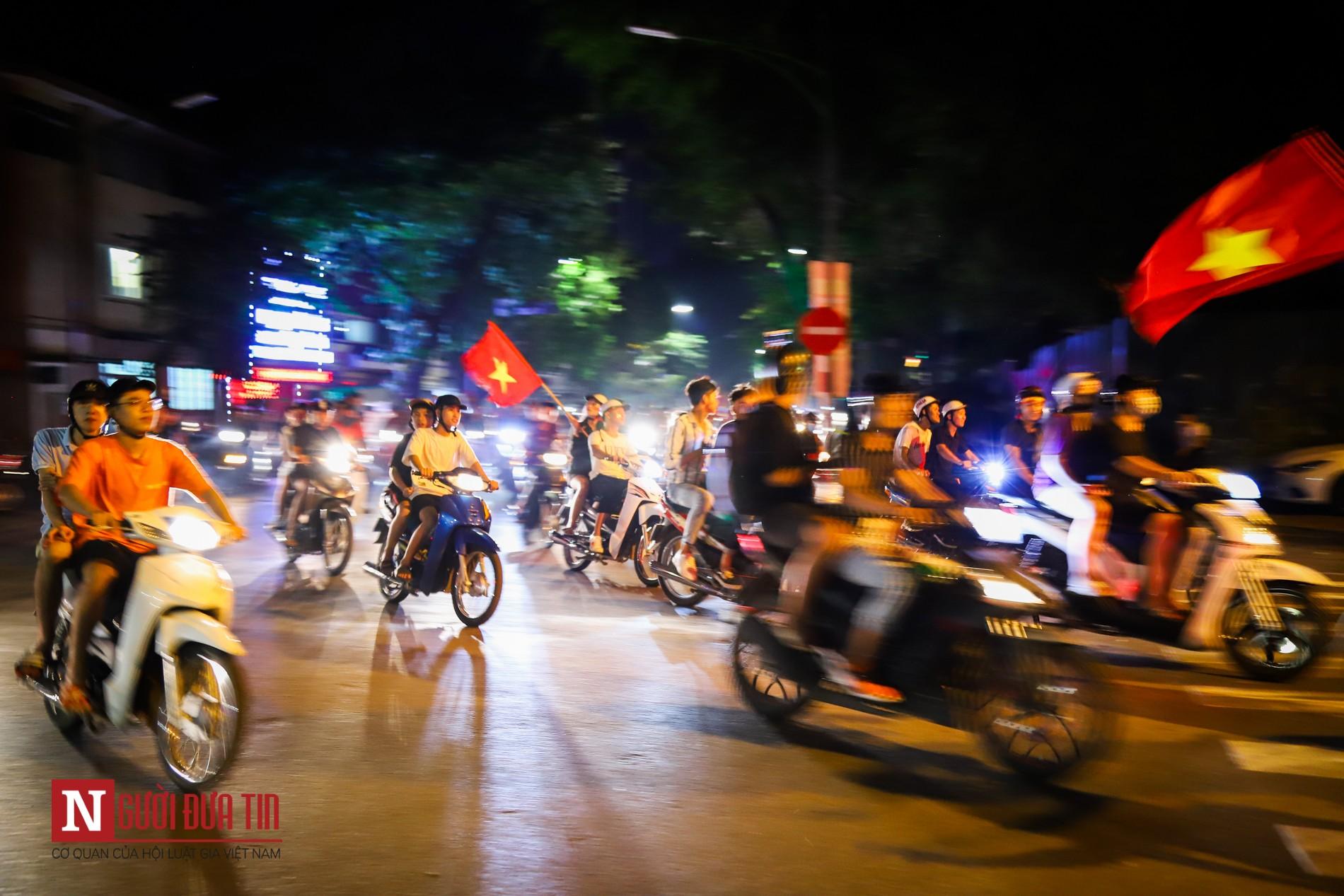 Hàng ngàn CĐV đổ ra đường ăn mừng chiến thắng cùng ĐTQG Việt Nam 7
