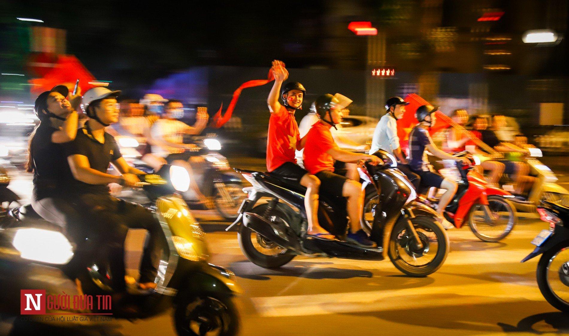 Hàng ngàn CĐV đổ ra đường ăn mừng chiến thắng cùng ĐTQG Việt Nam 4