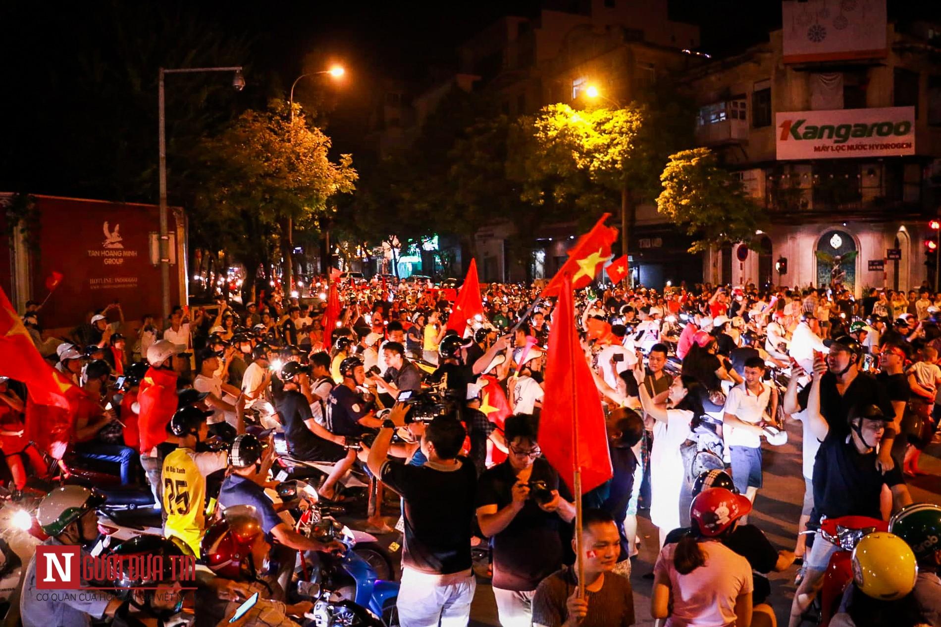 Hàng ngàn CĐV đổ ra đường ăn mừng chiến thắng cùng ĐTQG Việt Nam 2