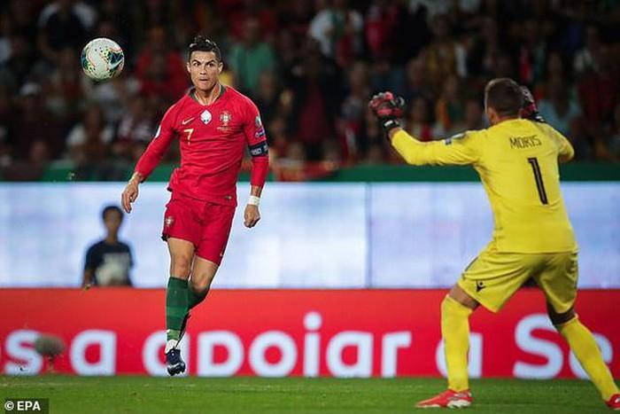 Ronaldo ghi bàn thứ 699 bằng cú chip bóng đẳng cấp qua đầu thủ môn 1
