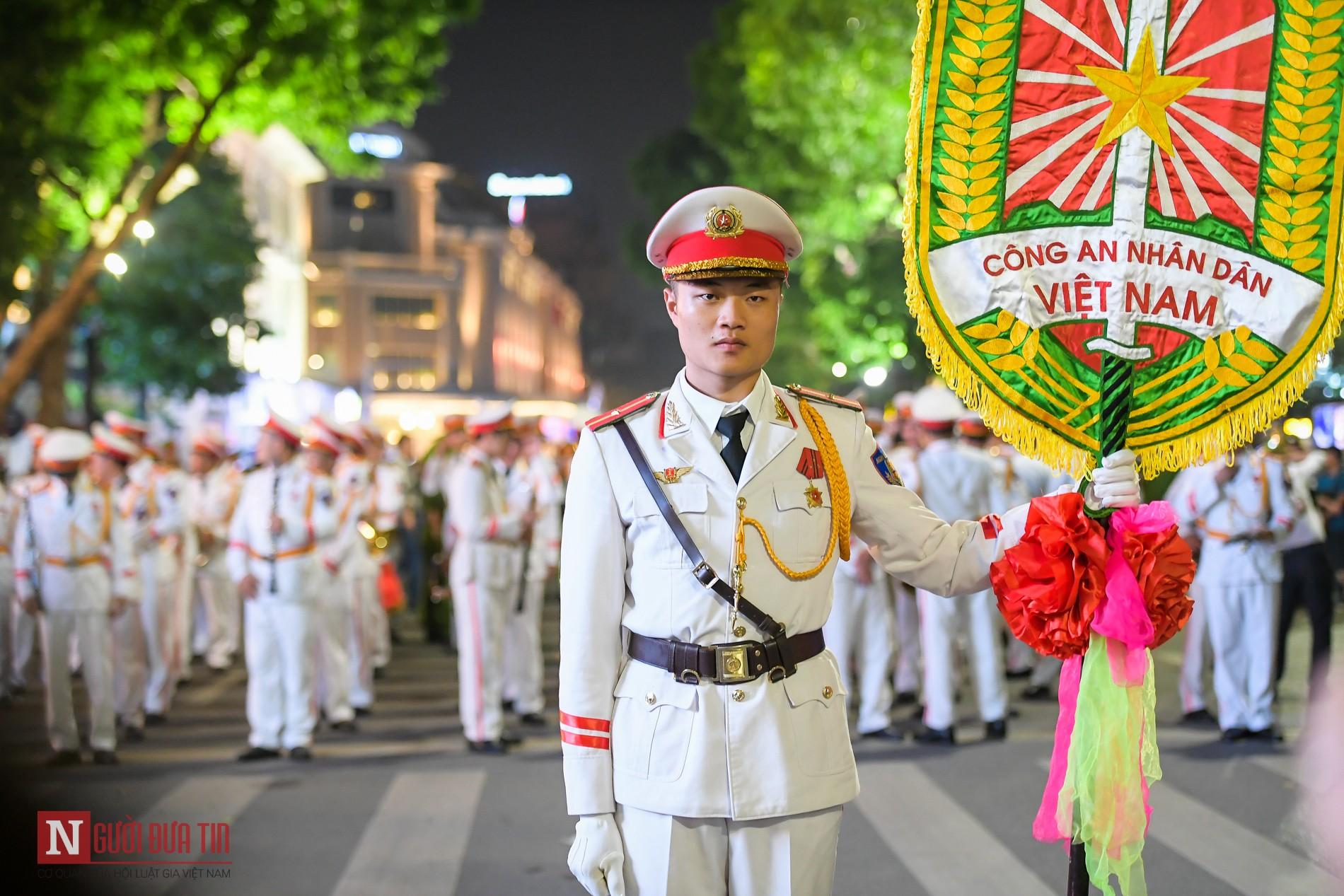 Đoàn nghi lễ Công an Nhân dân lần đầu tiên diểu diễn tại phố đi bộ hồ Hoàn Kiếm 1