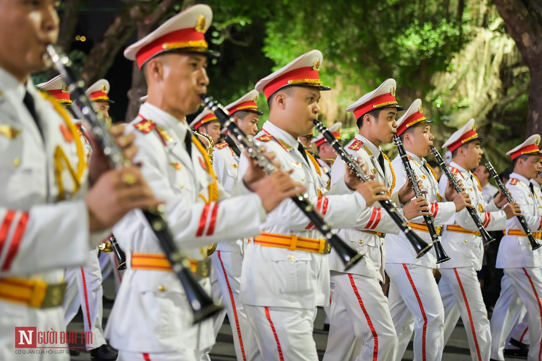 Đoàn nghi lễ Công an Nhân dân lần đầu tiên diểu diễn tại phố đi bộ hồ Hoàn Kiếm 3