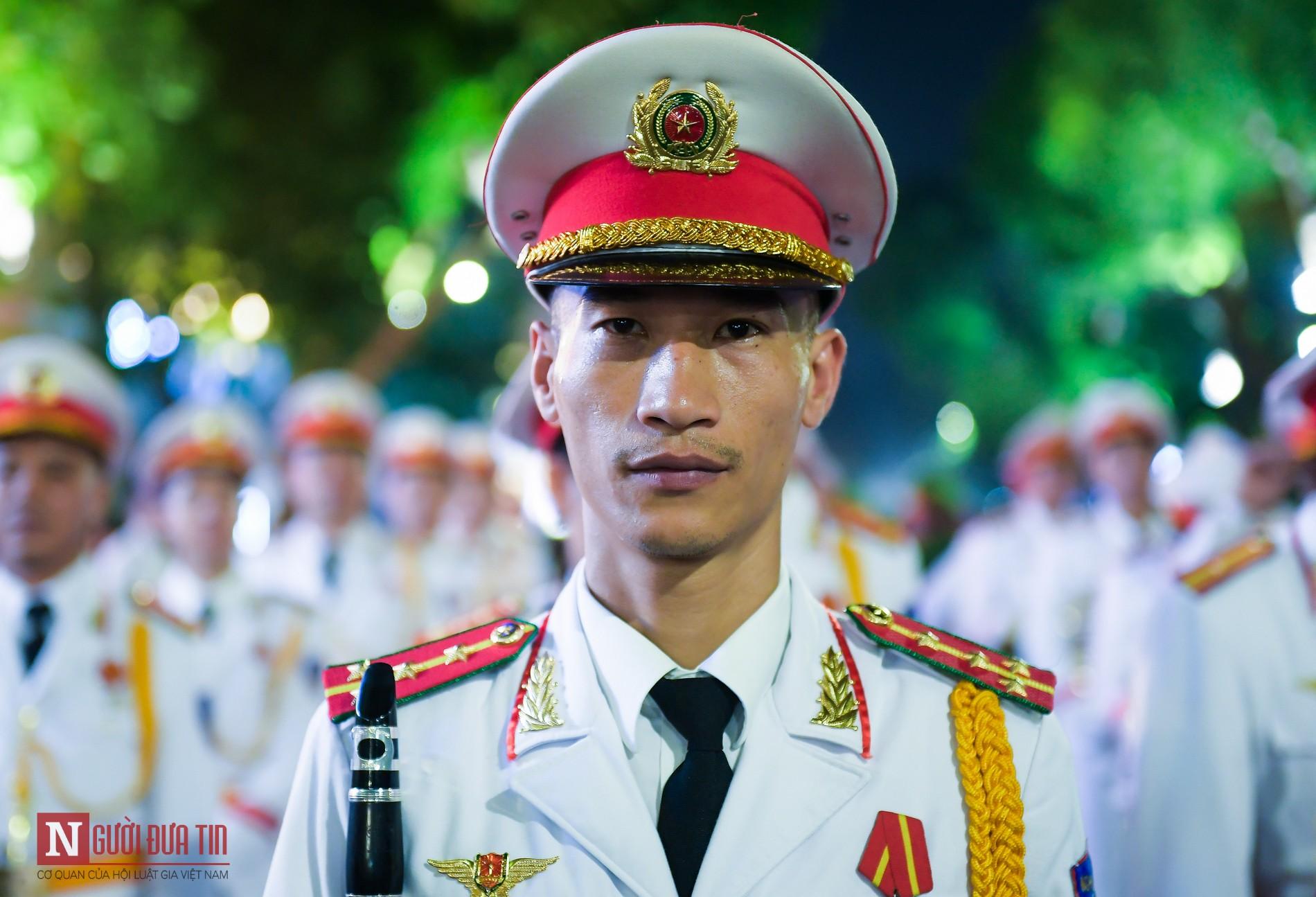 Đoàn nghi lễ Công an Nhân dân lần đầu tiên diểu diễn tại phố đi bộ hồ Hoàn Kiếm 2