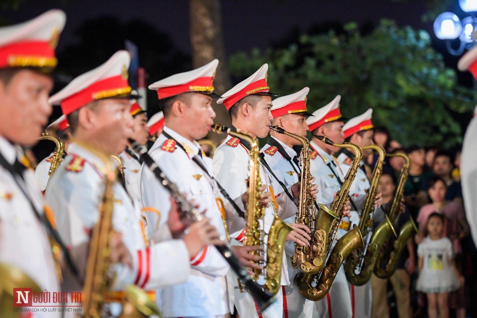 Đoàn nghi lễ Công an Nhân dân lần đầu tiên diểu diễn tại phố đi bộ hồ Hoàn Kiếm 6