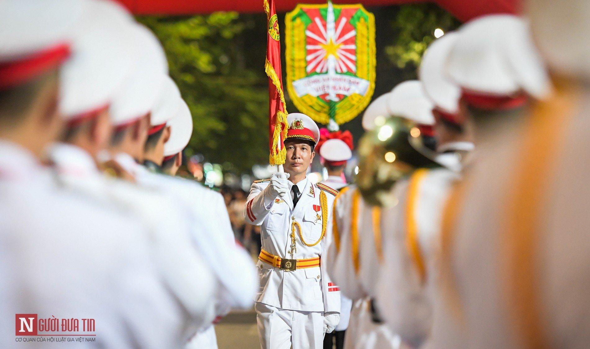 Đoàn nghi lễ Công an Nhân dân lần đầu tiên diểu diễn tại phố đi bộ hồ Hoàn Kiếm 7
