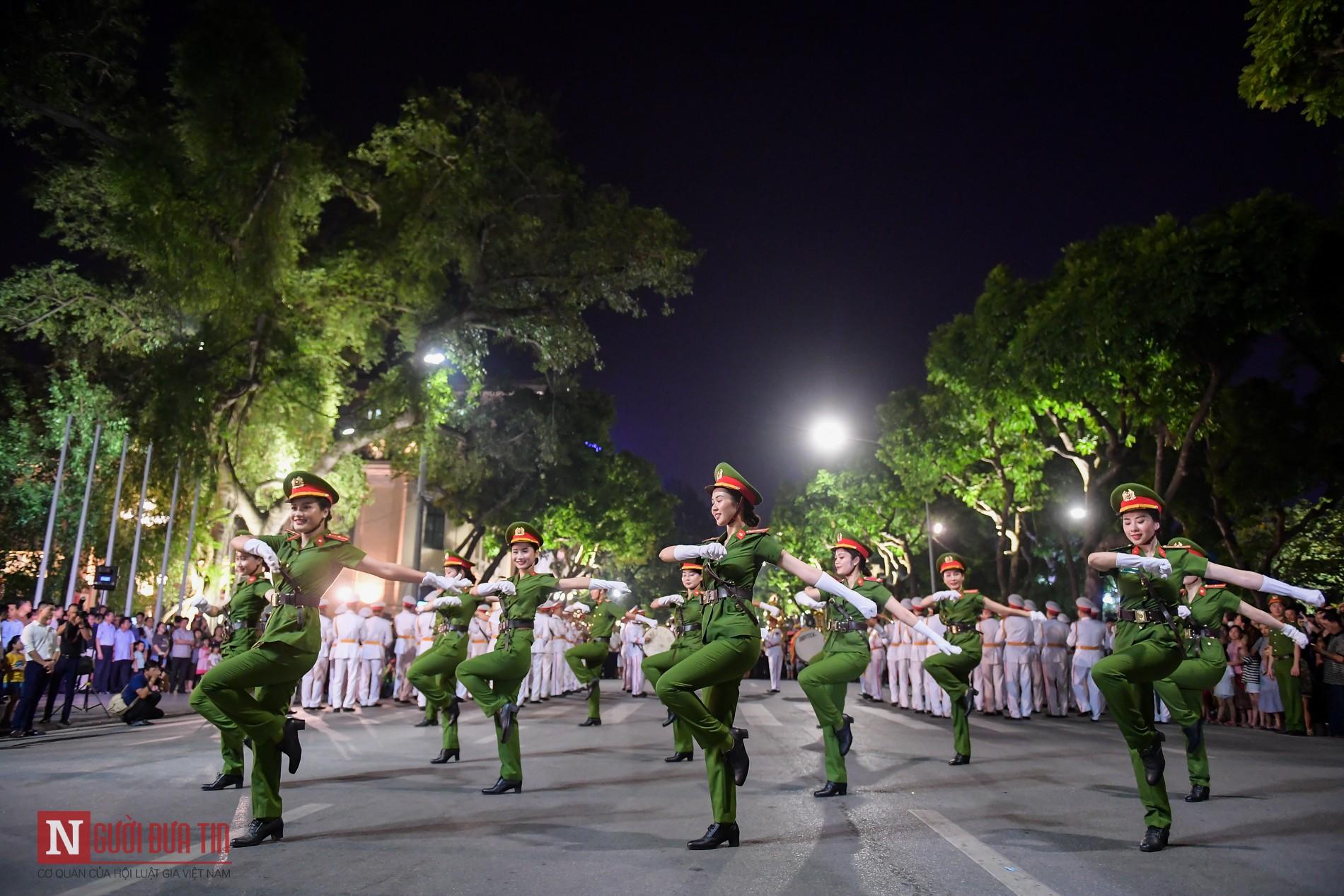 Đoàn nghi lễ Công an Nhân dân lần đầu tiên diểu diễn tại phố đi bộ hồ Hoàn Kiếm 8
