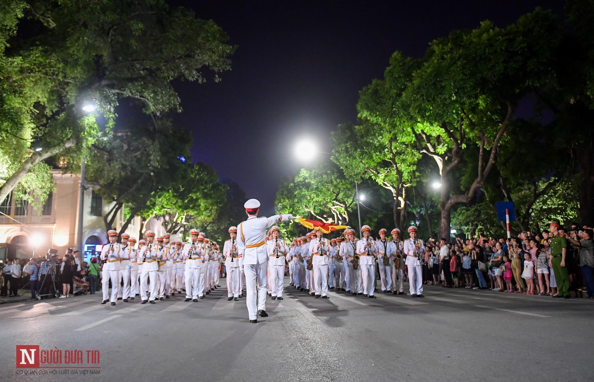 Đoàn nghi lễ Công an Nhân dân lần đầu tiên diểu diễn tại phố đi bộ hồ Hoàn Kiếm 11