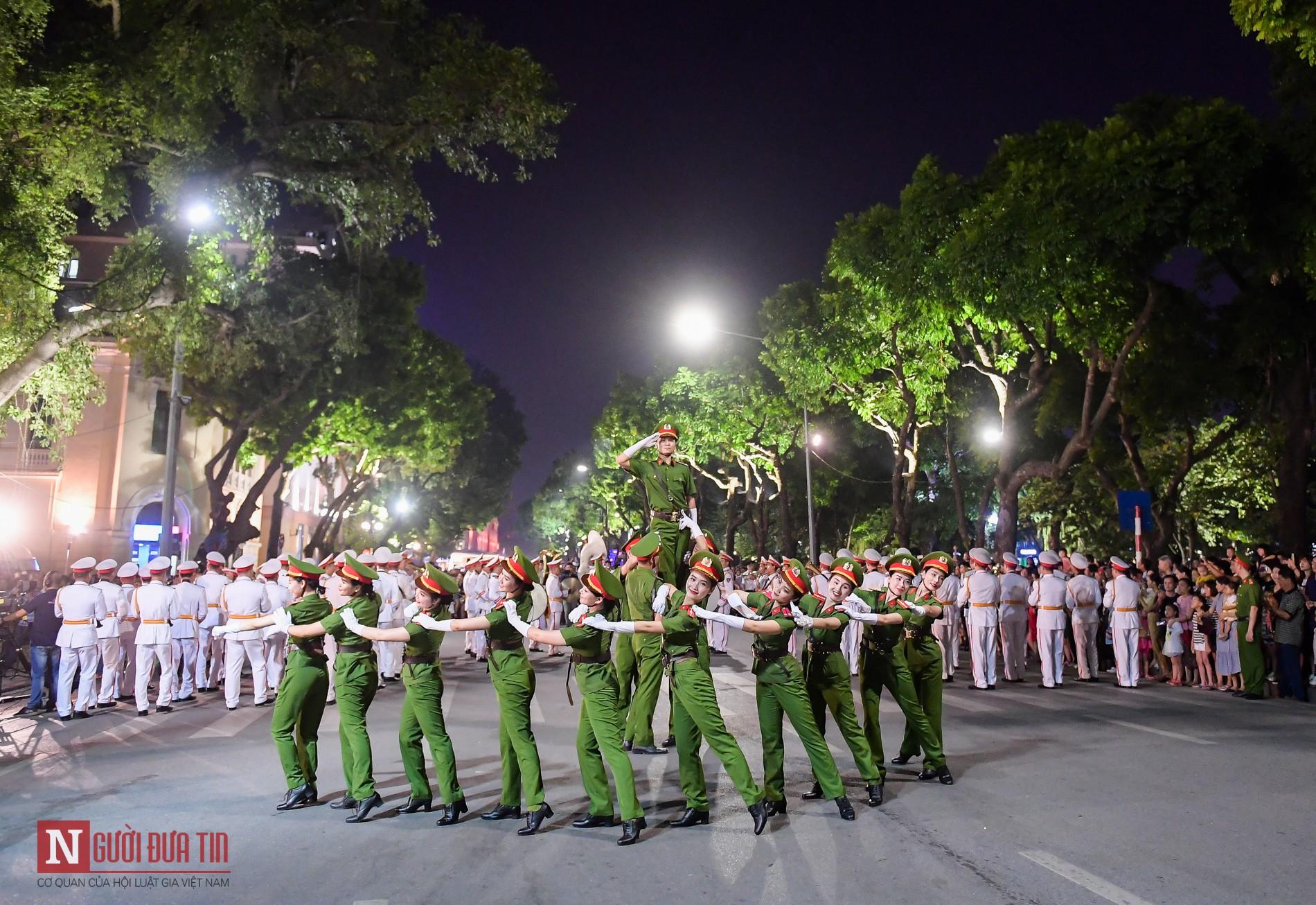 Đoàn nghi lễ Công an Nhân dân lần đầu tiên diểu diễn tại phố đi bộ hồ Hoàn Kiếm 12