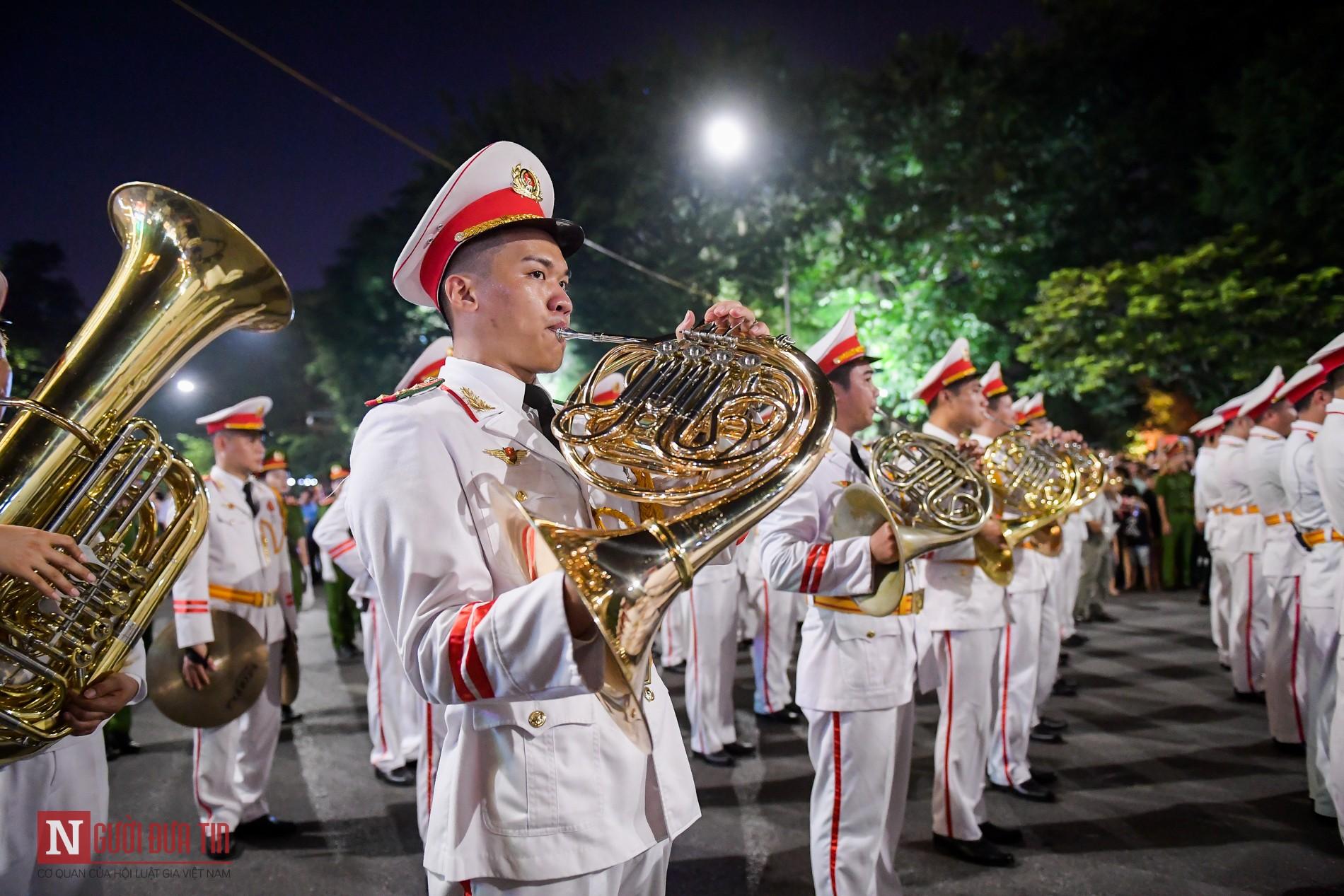 Đoàn nghi lễ Công an Nhân dân lần đầu tiên diểu diễn tại phố đi bộ hồ Hoàn Kiếm 15