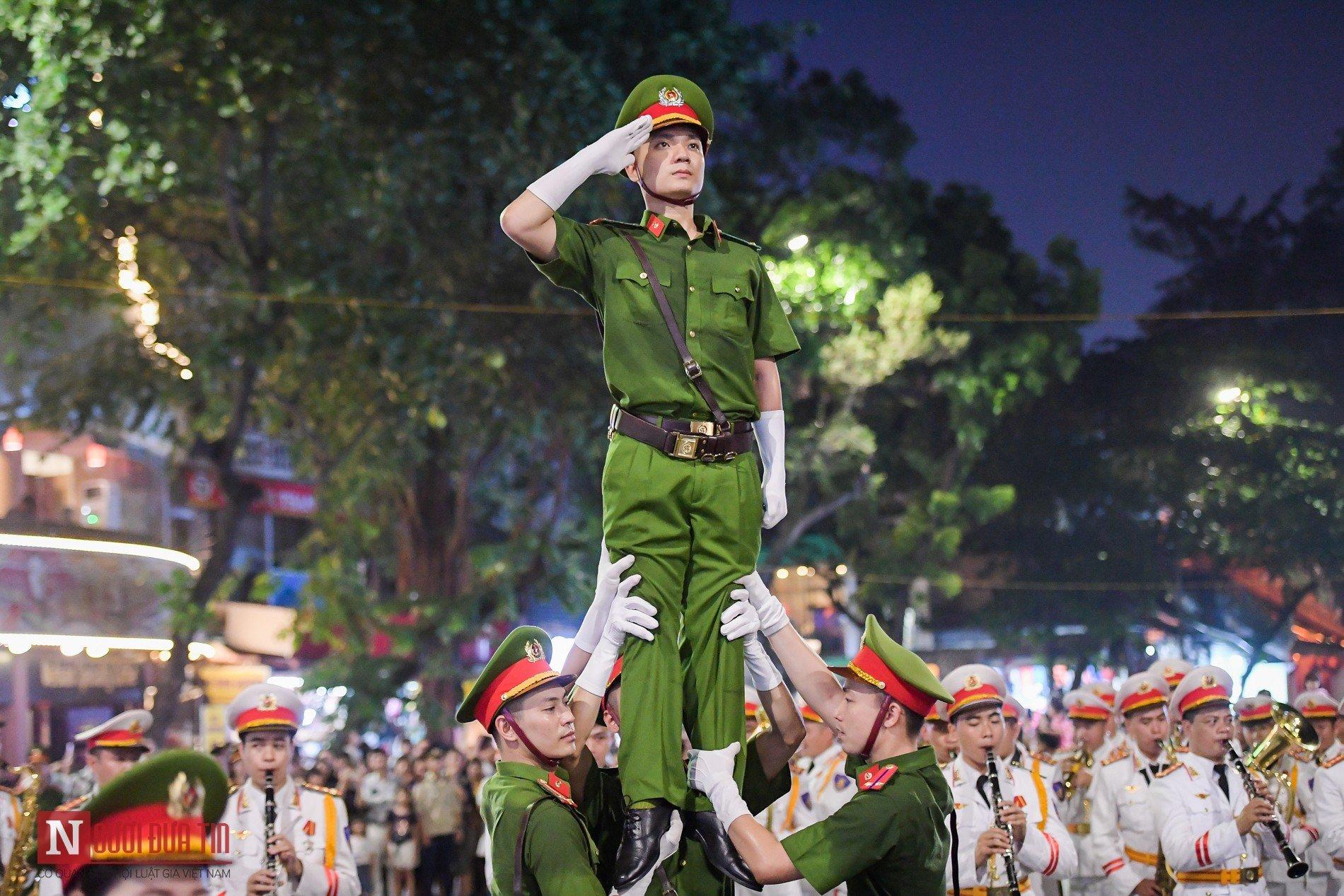 Đoàn nghi lễ Công an Nhân dân lần đầu tiên diểu diễn tại phố đi bộ hồ Hoàn Kiếm 17
