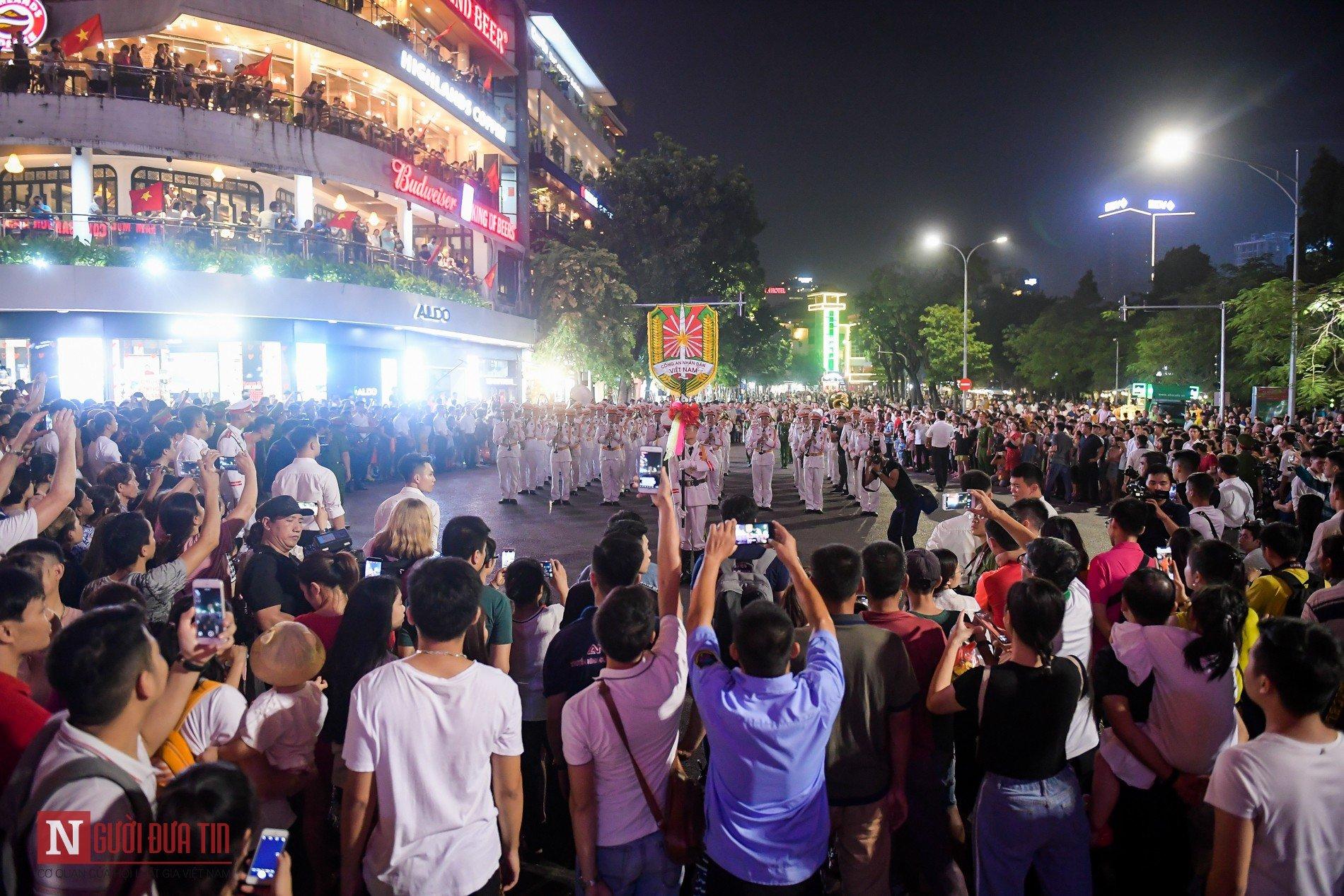 Đoàn nghi lễ Công an Nhân dân lần đầu tiên diểu diễn tại phố đi bộ hồ Hoàn Kiếm 14
