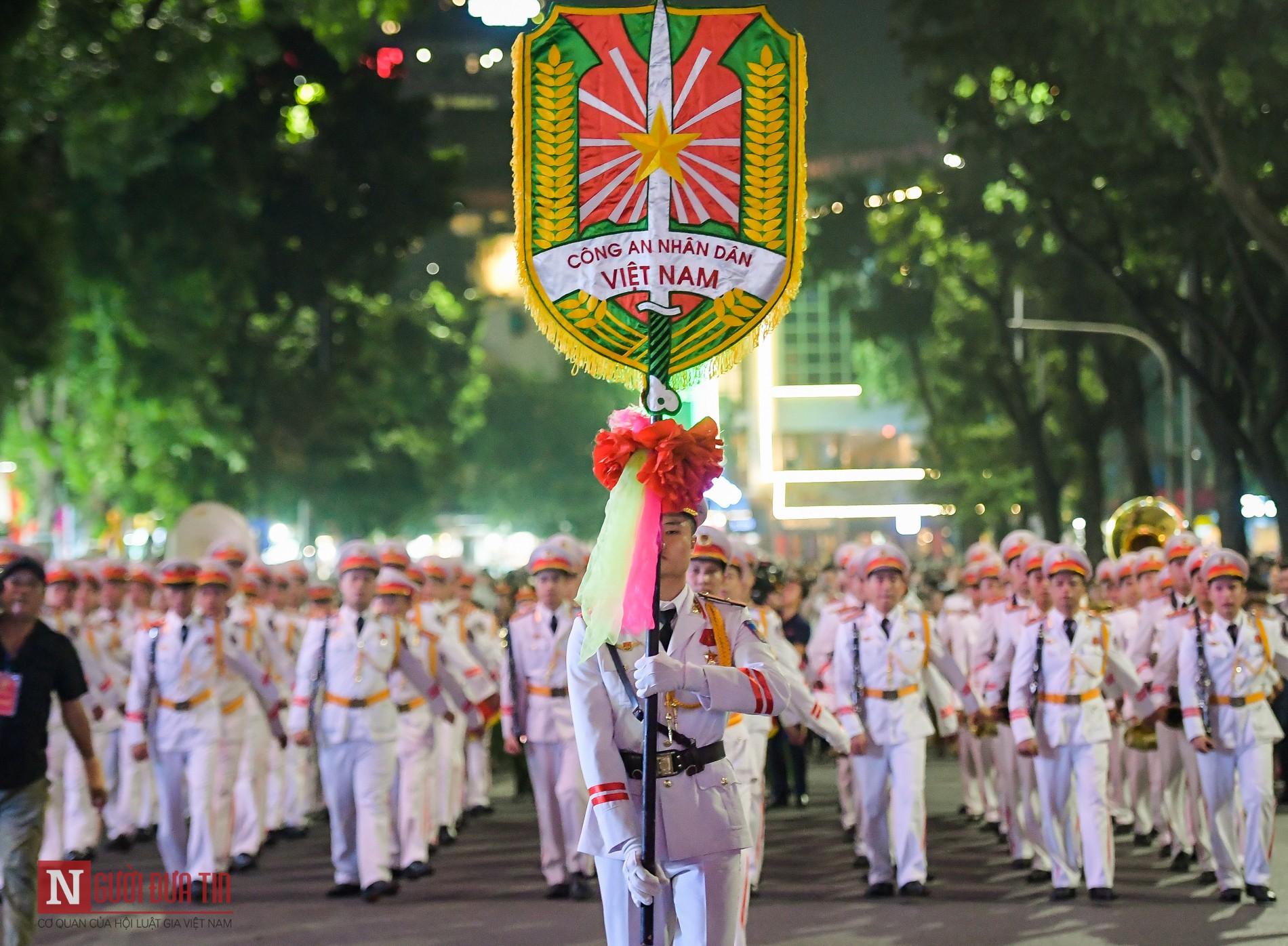 Đoàn nghi lễ Công an Nhân dân lần đầu tiên diểu diễn tại phố đi bộ hồ Hoàn Kiếm 18