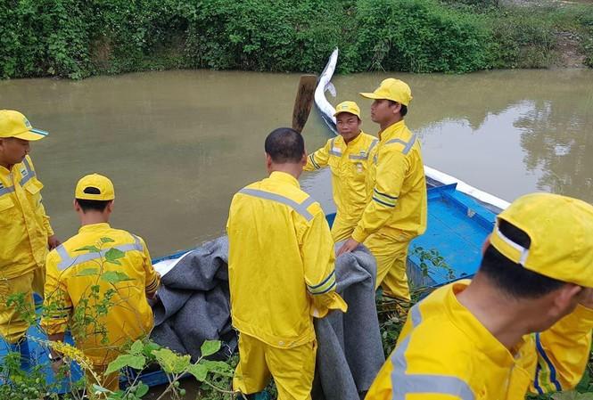 Vụ nước sông Đà bị đổ dầu thải: Công an Hoà Bình triệu tập 2 người 2