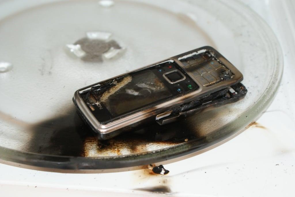 Sai lầm khi dùng máy sấy tóc để cấp cứu điện thoại rơi xuống nước  3
