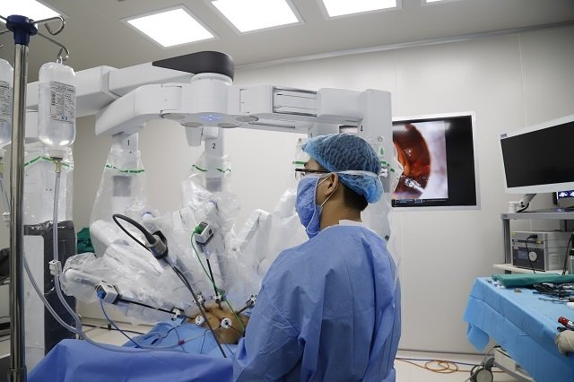 Robot phẫu thuật Vinci gây kinh ngạc khi lột vỏ một quả nho 1