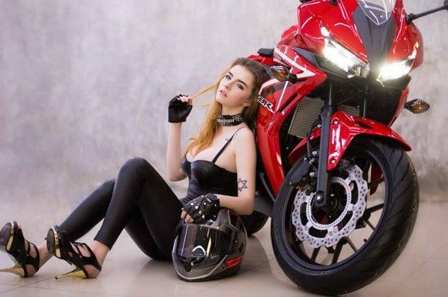 Mẫu Tây thả dáng nóng bỏng bên mô tô Honda CBR 250 6