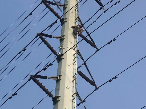 Thanh niên nghi 'ngáo đá' trèo lên đường điện cao thế, cố thủ ở độ cao hơn 20m 2