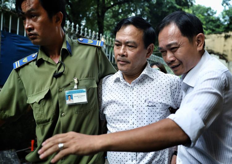 Bị cáo Nguyễn Hữu Linh được bảo vệ đưa đến toà xử phúc thẩm vụ dâm ô bé gái 1