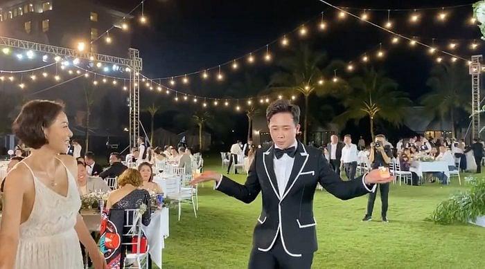 Trấn Thành bị ép uống rượu, trổ tài múa tuý quyền với lửa trong đám cưới Đông Nhi 3