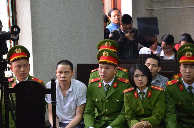 Bố và chị gái nữ sinh giao gà bị sát hại ở Điện Biên xuất hiện tại toà 3