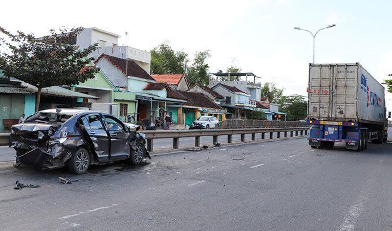 Tai nạn giao thông ngày 6/12: Container nổ lốp đâm trực diện xe khách, 7 người nhập viện 2