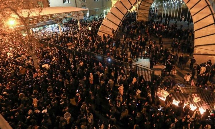 Người dân Iran biểu tình đòi Giáo chủ từ chức vì bưng bít vụ bắn nhầm máy bay 1