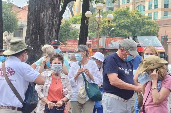 Phát miễn phí hàng trăm nghìn khẩu trang cho người dân tại Hà Nội và du khách ở TP.HCM 4