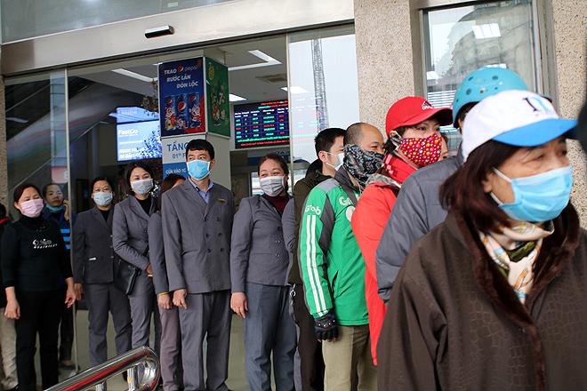 Phát miễn phí hàng trăm nghìn khẩu trang cho người dân tại Hà Nội và du khách ở TP.HCM 1