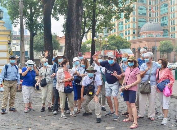 Phát miễn phí hàng trăm nghìn khẩu trang cho người dân tại Hà Nội và du khách ở TP.HCM 3