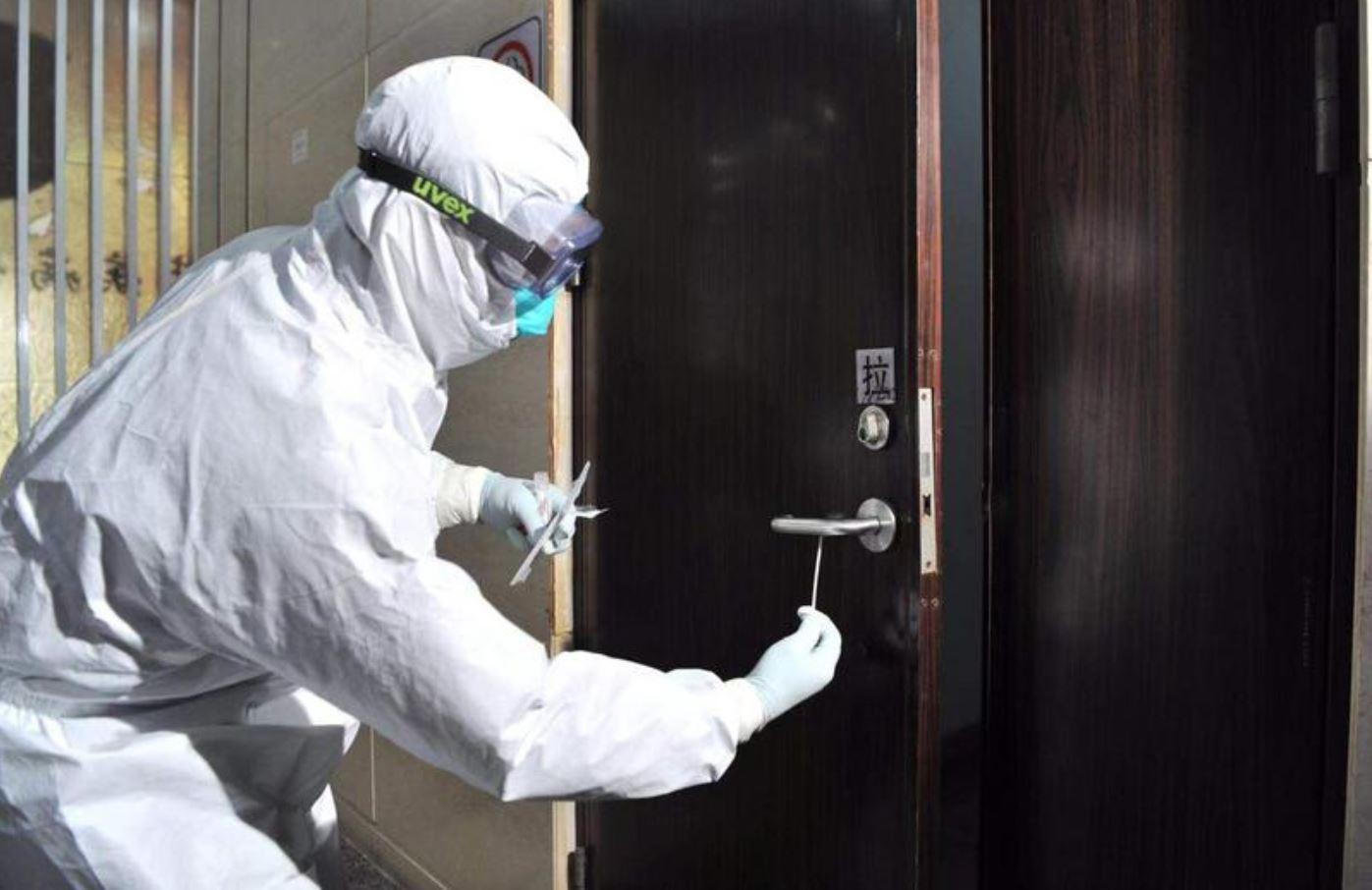Muôn kiểu bấm số thang máy để chống lây nhiễm virus Corona 4