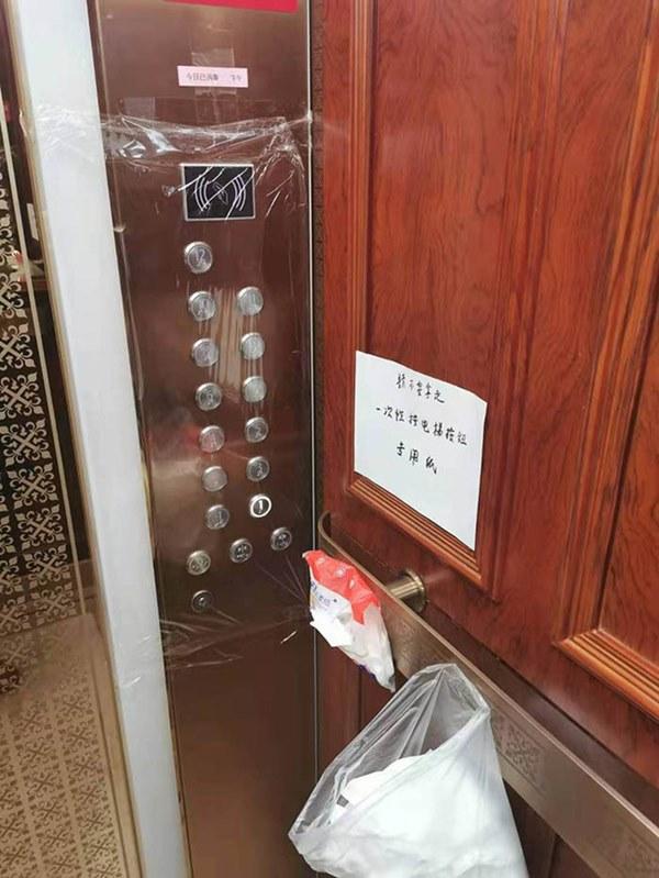 Muôn kiểu bấm số thang máy để chống lây nhiễm virus Corona 2