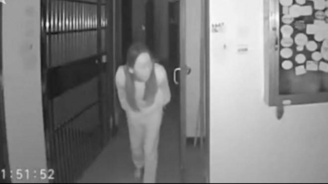 Nhổ nước bọt lên tay nắm cửa, cô gái ở Vũ Hán bị dân mạng đòi xử bắn 1